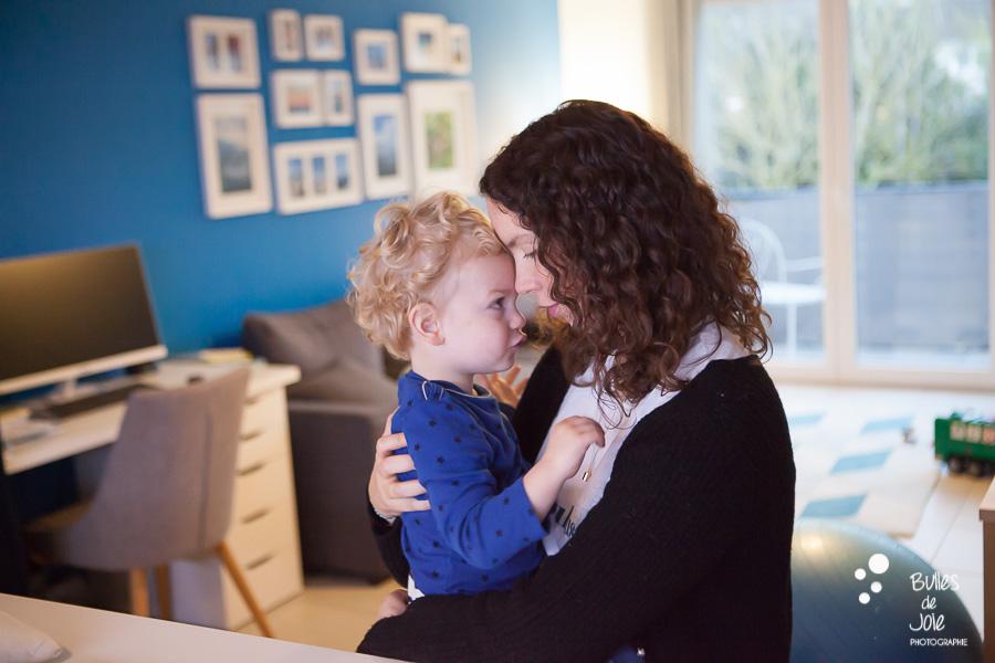 Photo mère-fils complice - séance photo famille à domicile