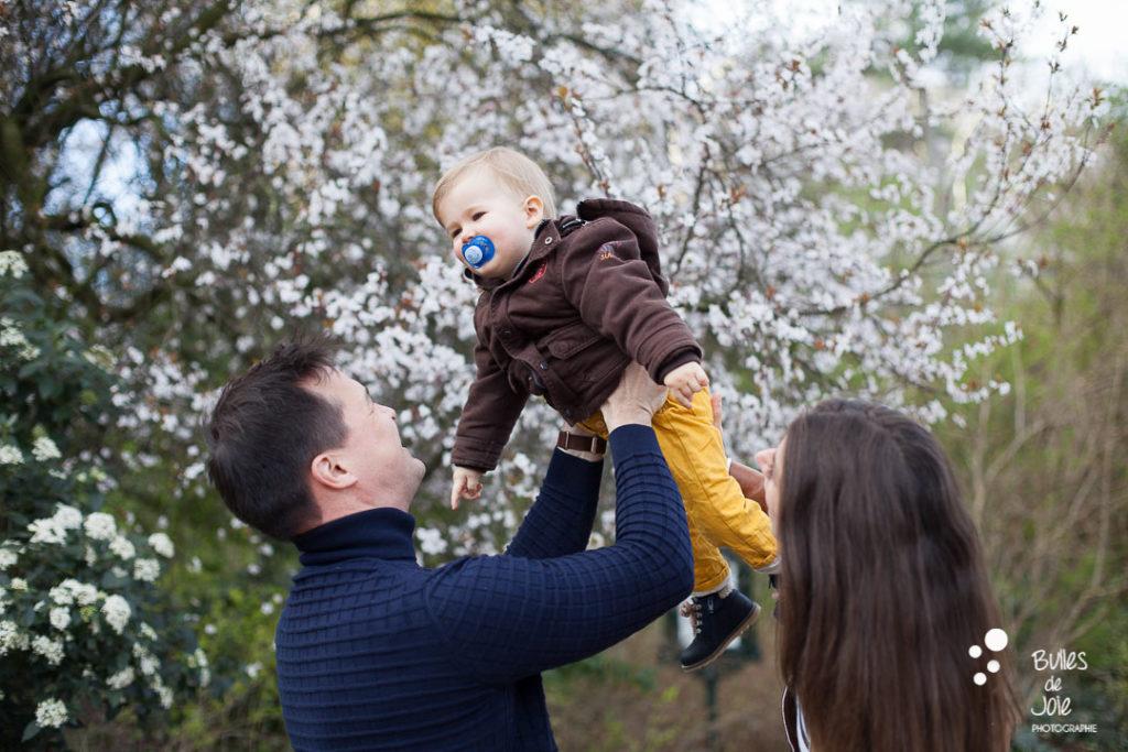 Seance photo famille avec cerisiers en fleurs