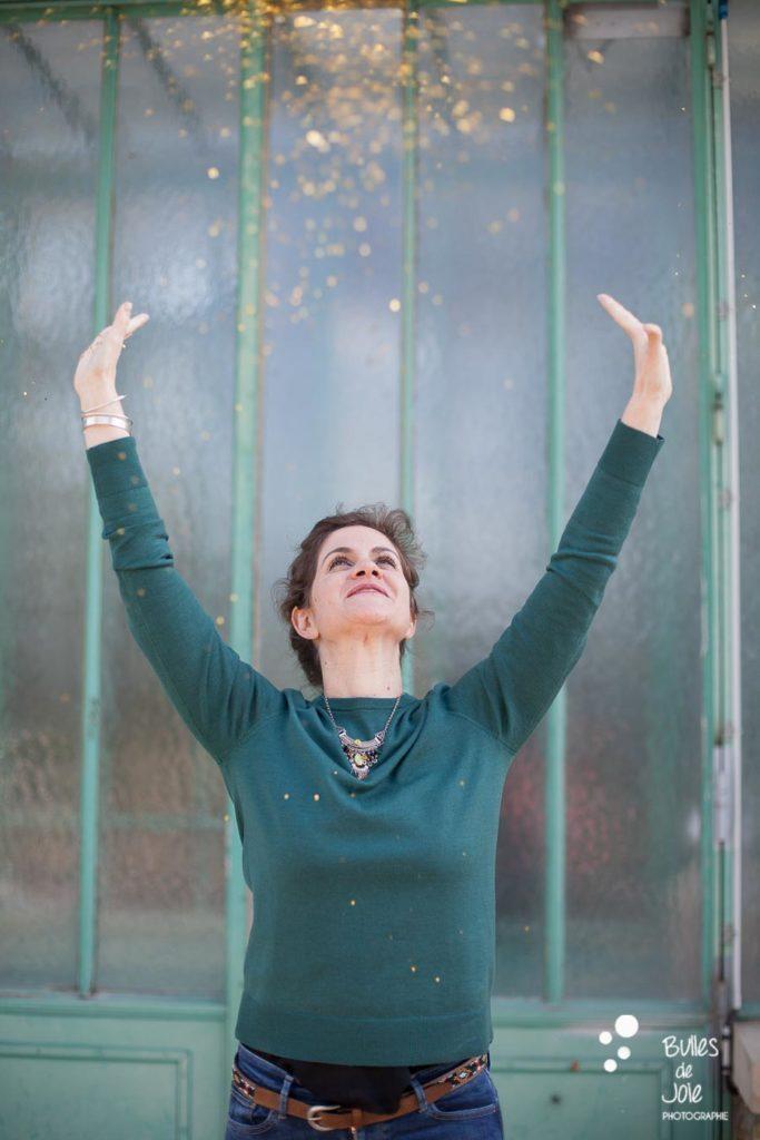 Portrait de femme lançant des pailettes - Serres d'Auteuil - photographe Paris (75)
