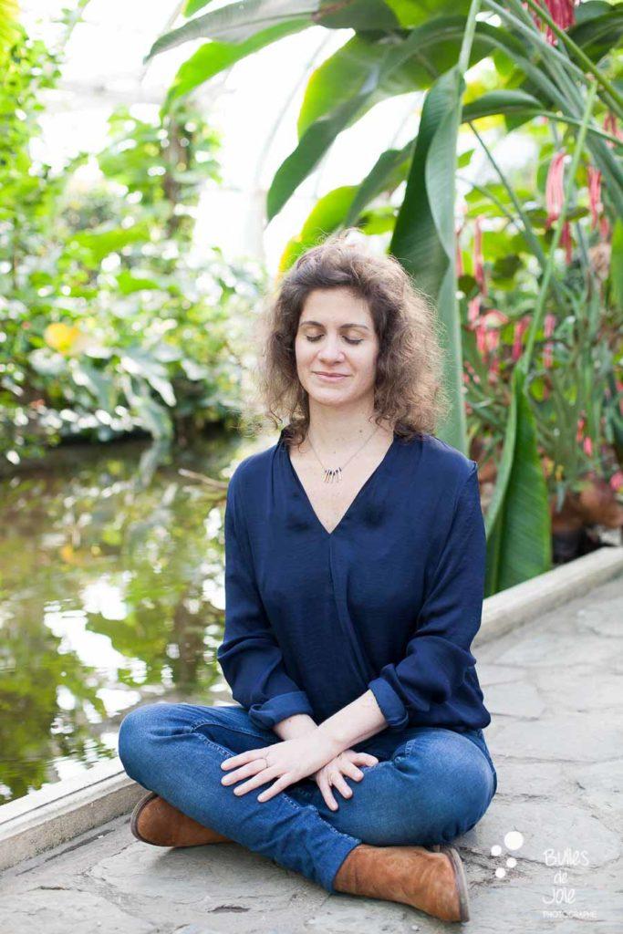 Portrait de femme zen dans la nature - portraits pour professionnelle du bien-être & thérapeute