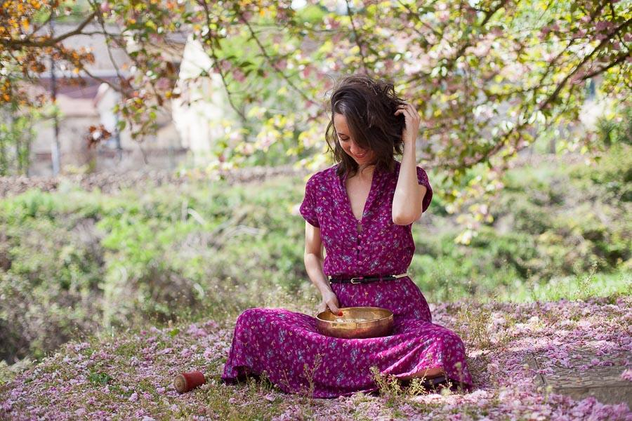 Portrait de femme avec bol tibétain