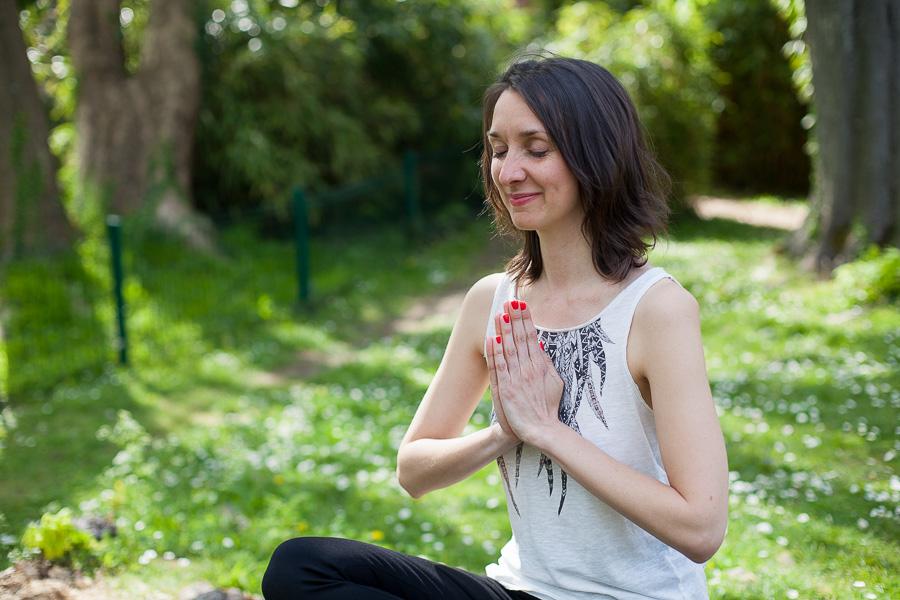 Portrait professionnel femme en posture de méditation