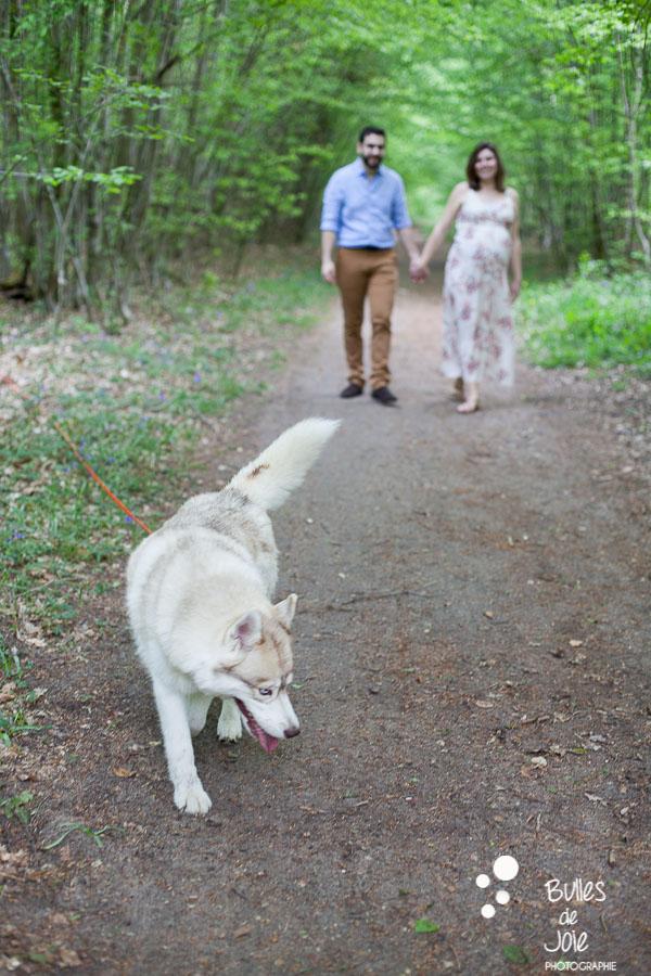 Shooting photo grossesse couple avec un chien