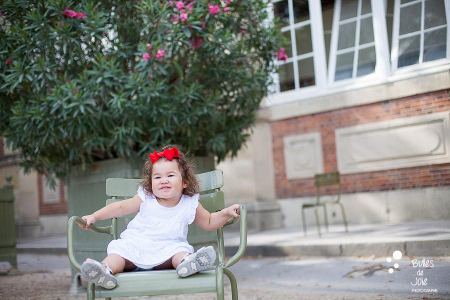 Cute little girl in Luxembourg Gardens - Bulles de Joie, Paris kids photographer