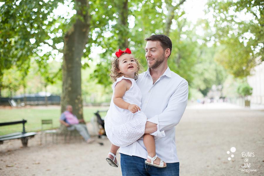 Séance photo bébé Paris en extérieur - moment complice entre un papa et sa fille