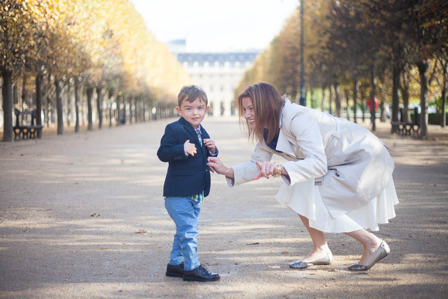 Top 5 gardens for a family photoshoot in Paris. Family portraits in Palais Royal.