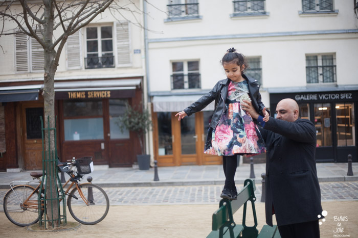 Family photoshoot in Paris with a typical parisian atmosphere